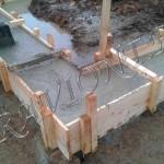 Укладка бетона в опалубку подошвы